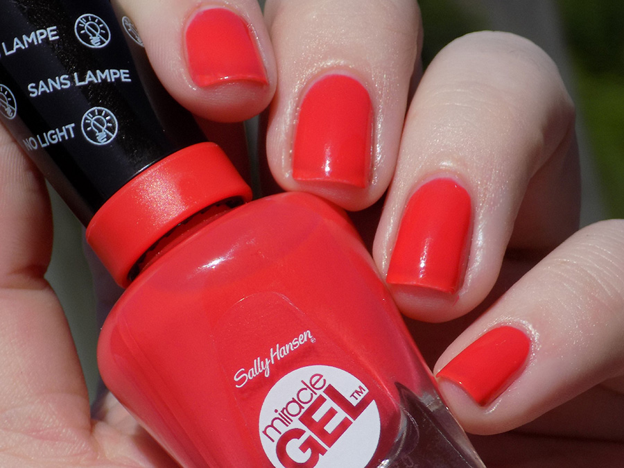 Sally Hansen Miracle Gel 409 World Wide Red - Swatch Sunlight